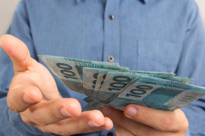 Liberado abono extra de R$ 2 mil a aposentados e pensionistas (imagem: divulgação/Exame)